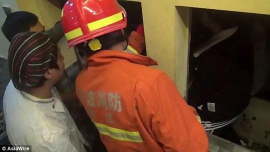 Nhân viên phục vụ bị thang máy kẹp chết - Ảnh 4.