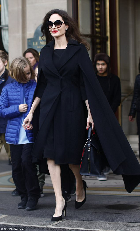 Pax Thiên tháp tùng mẹ Angelina Jolie đến Paris - Ảnh 9.