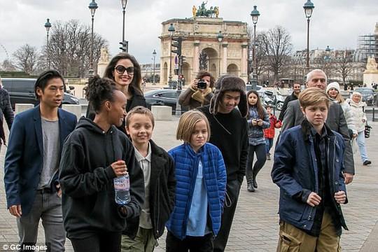 Pax Thiên tháp tùng mẹ Angelina Jolie đến Paris - Ảnh 3.