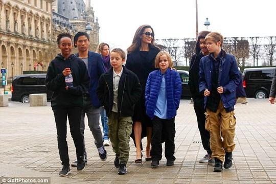 Pax Thiên tháp tùng mẹ Angelina Jolie đến Paris - Ảnh 4.
