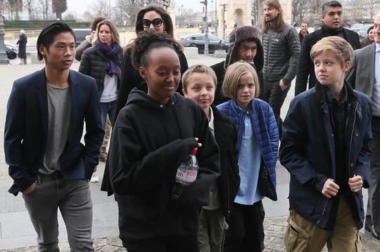 Pax Thiên tháp tùng mẹ Angelina Jolie đến Paris - Ảnh 8.