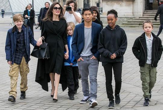 Pax Thiên tháp tùng mẹ Angelina Jolie đến Paris - Ảnh 7.