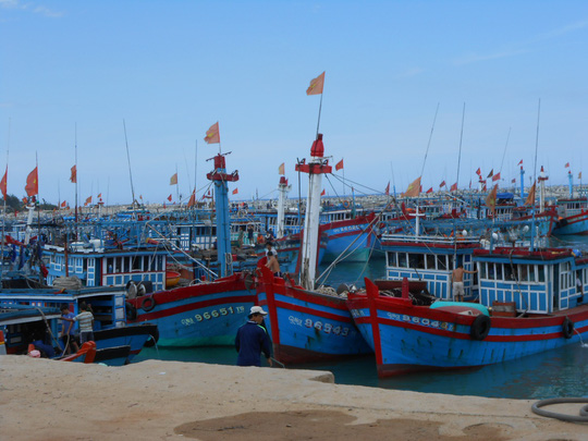 Biển động dữ dội, hàng trăm người dân Lý Sơn chưa thể về đảo ăn Tết - Ảnh 2.