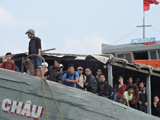 Biển động dữ dội, hàng trăm người dân Lý Sơn chưa thể về đảo ăn Tết - Ảnh 1.