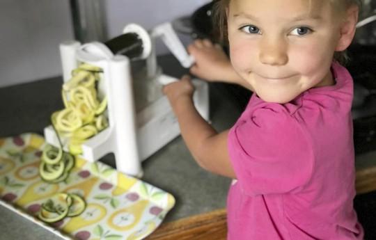 Ăn 3.000 trái bơ, bé 5 tuổi đẩy lùi bệnh động kinh - Ảnh 1.