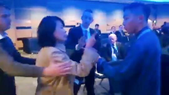 Nhà báo Trung Quốc tát tình nguyện viên ở Anh - Ảnh 1.