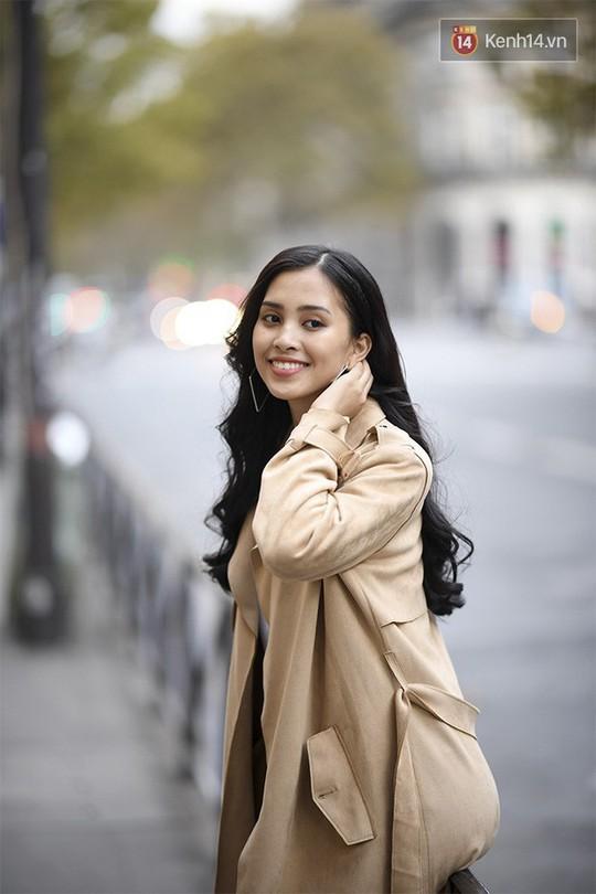 Hoa hậu Tiểu Vy mặt mộc dạo phố Paris - Ảnh 1.