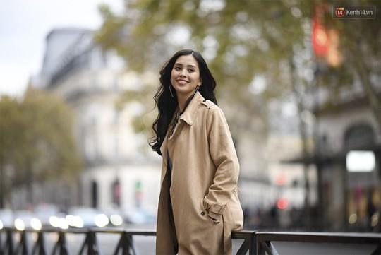 Hoa hậu Tiểu Vy mặt mộc dạo phố Paris - Ảnh 2.
