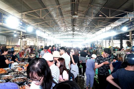 Thiên đường hải sản tươi rói ở chợ ngoại ô Sài Gòn - Ảnh 1.