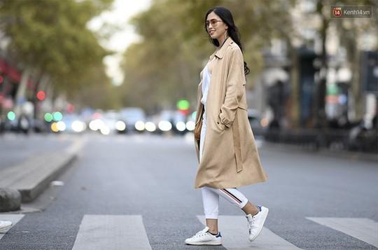 Hoa hậu Tiểu Vy mặt mộc dạo phố Paris - Ảnh 5.