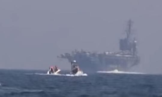 Iran khoe clip tàu tấn công cao tốc rượt đuổi tàu sân bay Mỹ - Ảnh 1.