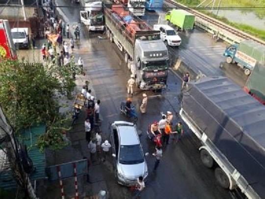 Tai nạn liên hoàn giữa 5 ô tô, phá cabin bẹp dúm cứu tài xế trọng thương - Ảnh 1.