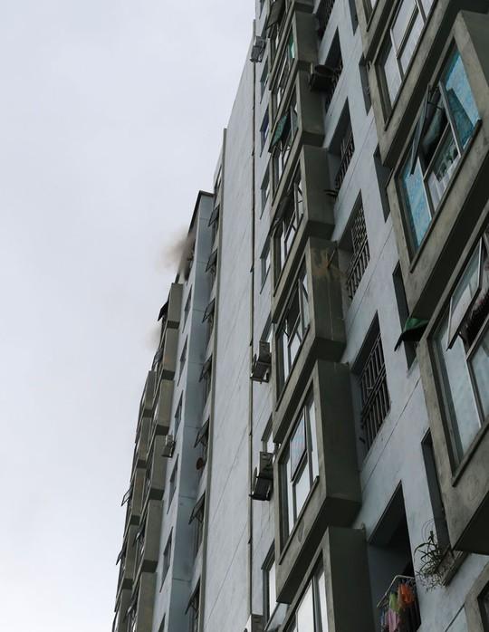 Cháy lớn ở chung cư, hàng trăm người dân tháo chạy ra ngoài - Ảnh 3.