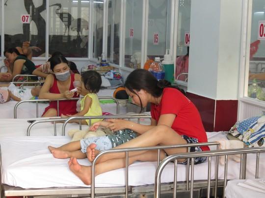 Phó Thủ tướng thị sát bệnh nhi tay chân miệng tại Bệnh viện Nhi Đồng 1 - Ảnh 2.