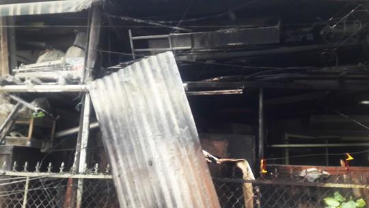 Cháy lớn ở chung cư, hàng trăm người dân tháo chạy ra ngoài - Ảnh 4.