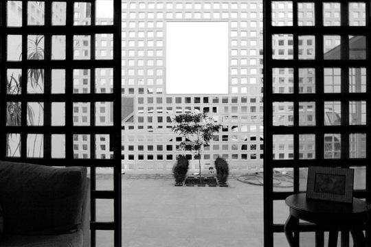 Ngôi nhà lạ mắt với bức tường gạch rỗng - Ảnh 7.