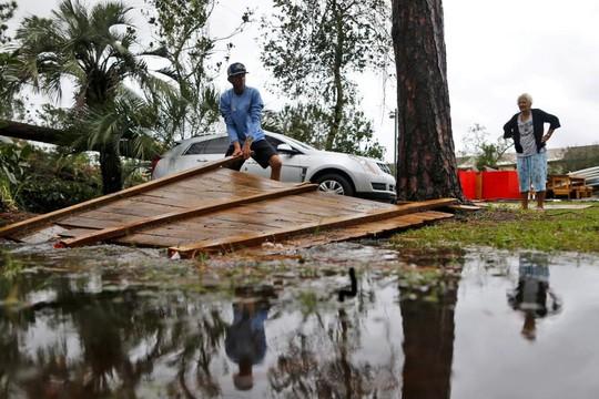 """Mỹ: Cận cảnh """"bão khủng khiếp nhất 100 năm"""" càn quét bang Florida - Ảnh 8."""