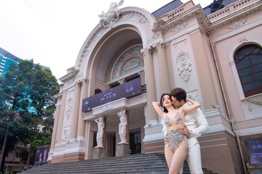 Sĩ Thanh gây phẫn nộ với bộ váy cưới phản cảm ở Nhà thờ Đức Bà - Ảnh 1.