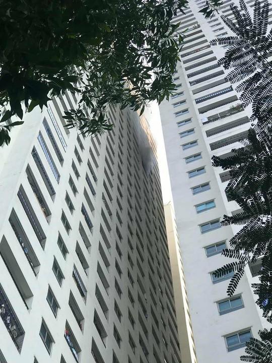 Cháy trên tầng 31 chung cư, người dân hoảng loạn tháo chạy - Ảnh 4.