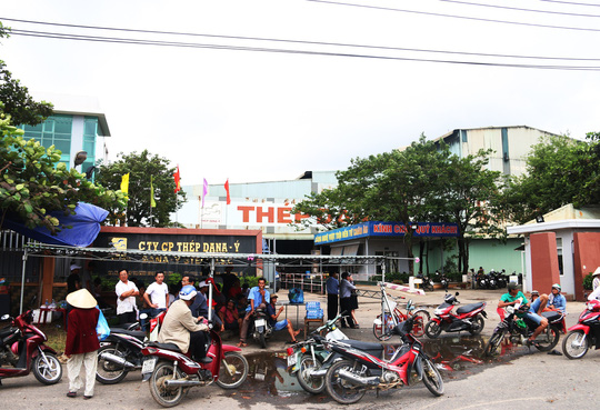 Đà Nẵng: Hàng trăm người lại tiếp tục vây nhà máy thép - ảnh 1