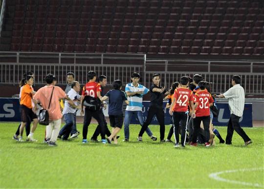 Clip cầu thủ nữ đánh nhau khó tin trên sân Thống Nhất - Ảnh 1.