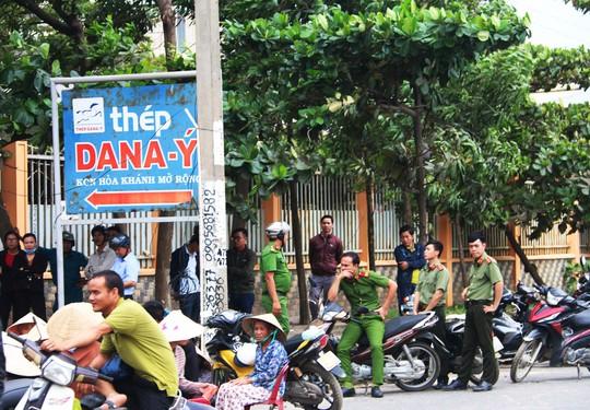Đà Nẵng: Hàng trăm người lại tiếp tục vây nhà máy thép - ảnh 3