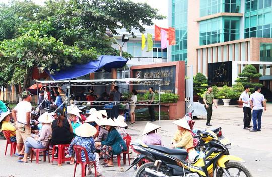 Đà Nẵng: Hàng trăm người lại tiếp tục vây nhà máy thép - ảnh 2