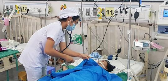 Triều cường lên, thiếu niên bị điện giật nguy kịch khi đi dạo bến Ninh Kiều - Ảnh 2.