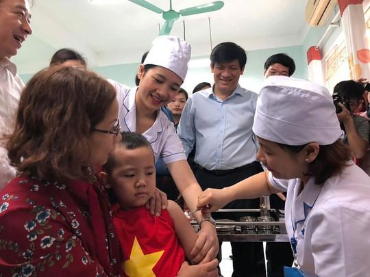 Bộ Y tế kêu gọi phụ huynh đưa con đi tiêm vắc-xin - Ảnh 1.