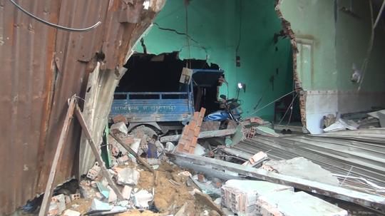 TP HCM: Xe container ủi sập hàng loạt nhà dân ở Bình Chánh - Ảnh 2.