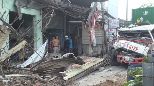 TP HCM: Xe container ủi sập hàng loạt nhà dân ở Bình Chánh - Ảnh 1.