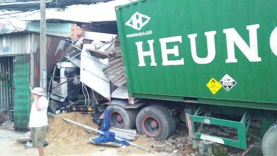 TP HCM: Xe container ủi sập hàng loạt nhà dân ở Bình Chánh - Ảnh 3.