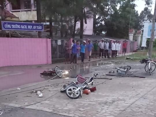 Đứt dây điện trước trường, 2 học sinh tử vong, 4 em bị thương - Ảnh 1.