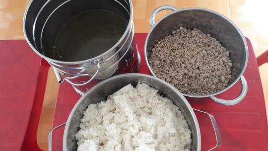 Trường cho trẻ ăn gạo mốc, đầu cá: Hiệu trưởng bị tố hàng loạt vi phạm - Ảnh 2.