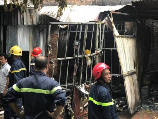 Cháy lớn xưởng sản xuất sofa, nhiều người hoảng loạn thoát ra - ảnh 2