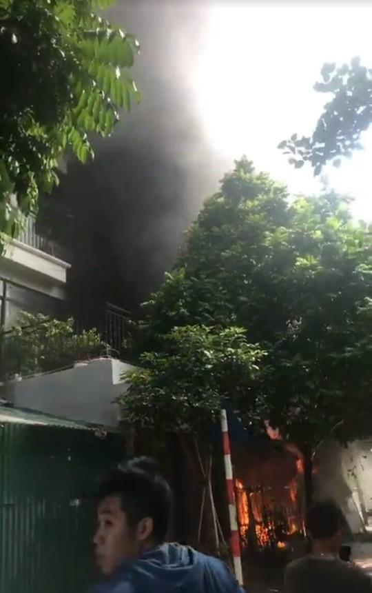 Cháy lớn xưởng sản xuất sofa, nhiều người hoảng loạn thoát ra - ảnh 1