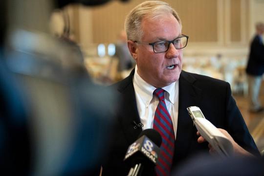 """Mỹ: Thượng nghị sĩ dọa """"giẫm lên mặt"""" thống đốc - Ảnh 1."""