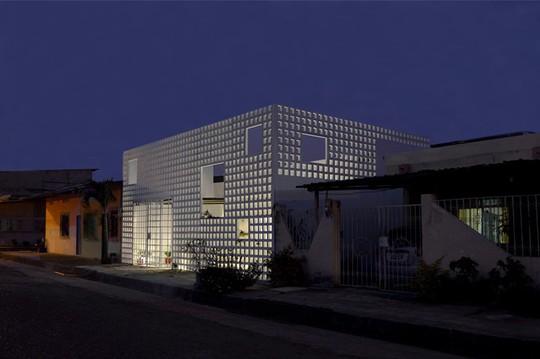 Ngôi nhà lạ mắt với bức tường gạch rỗng - Ảnh 9.