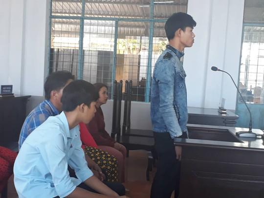 Bị cáo Kha (đứng) bị đề nghị mức án 6-9 tháng cải tạo không giam giữ. Ảnh: VÂN DU