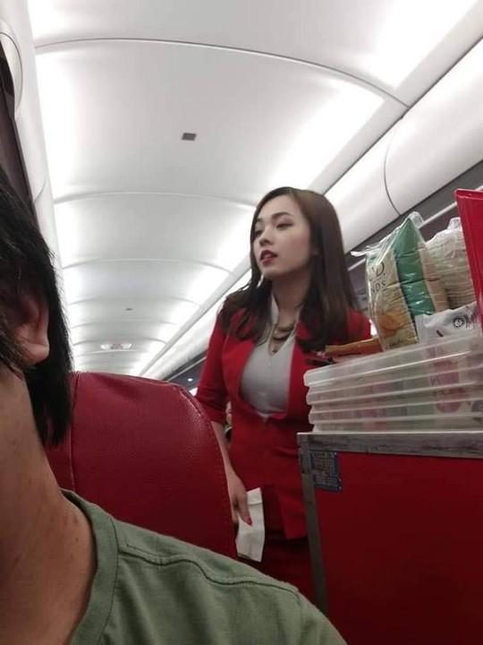 Nữ tiếp viên hàng không gốc Hoa bị chụp trộm gây sốt mạng xã hội - Ảnh 1.