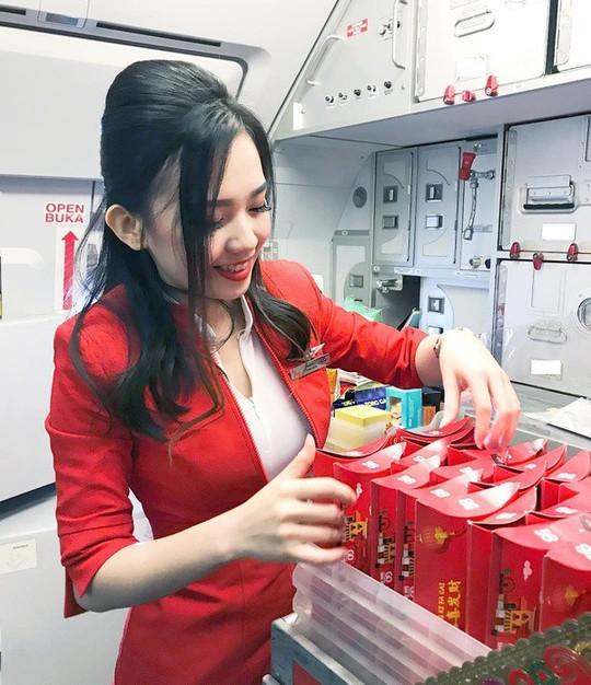 Nữ tiếp viên hàng không gốc Hoa bị chụp trộm gây sốt mạng xã hội - Ảnh 2.