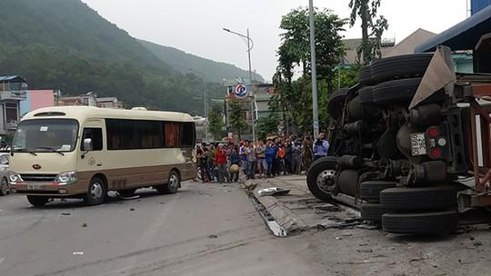 Xe container lật đè chết 2 người đứng trên vỉa hè - Ảnh 1.