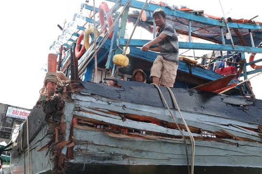 Ngư dân bàng hoàng kể lại giây phút bị tàu lạ đâm giữa biển - Ảnh 2.