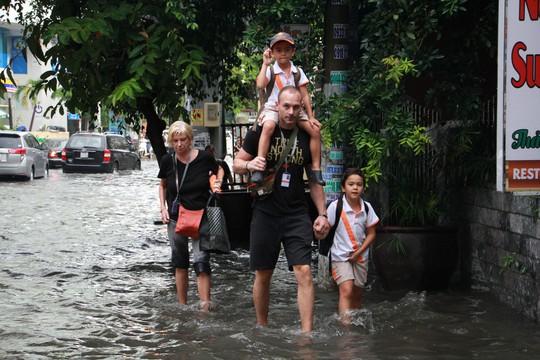 Người nước ngoài vui vẻ sống chung với ngập ở Thảo Điền - Ảnh 5.