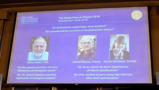 Đoạt giải Nobel Vật lý 2018 ở tuổi 96 - Ảnh 1.