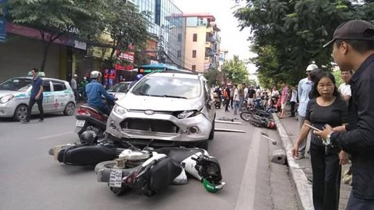 Ô tô đâm liên hoàn 4 xe máy trên phố, 6 người nhập viện cấp cứu - Ảnh 1.