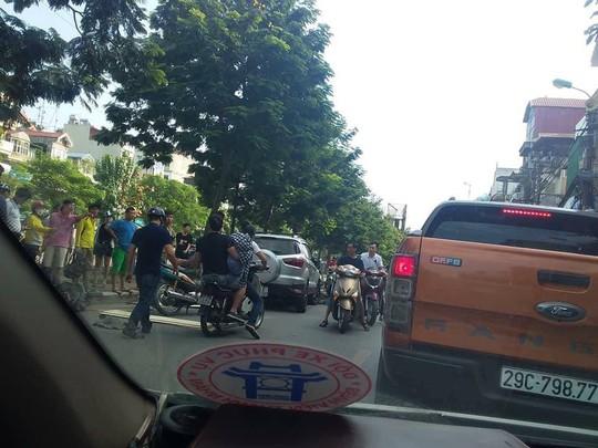 Ô tô đâm liên hoàn 4 xe máy trên phố, 6 người nhập viện cấp cứu - Ảnh 2.