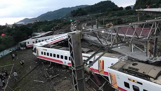 Đài Loan: Tàu trật bánh, gần 200 người thương vong - Ảnh 1.