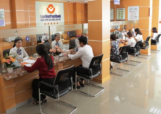 Thu dịch vụ tăng mạnh, nhiều ngân hàng báo lãi lớn - Ảnh 1.