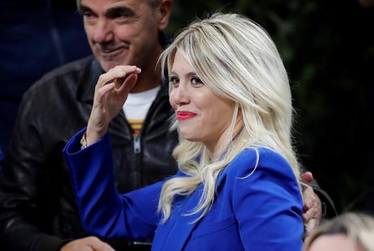 Icardi hôn thắm thiết vợ đẹp sau khi lập công ở derby Milan - Ảnh 6.